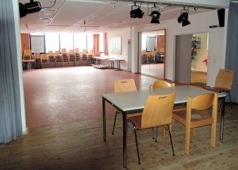 Saal-Vordergrund-Bühne-e1529685220888